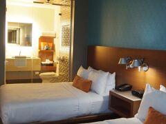 サンタモニカで一泊するホテルに到着です! 立地重視で選んだShore Hotel。 ショッピングモールやサンタモニカピアが徒歩5分圏内というかなりの好立地。 お部屋も広く、壁は綺麗なブルーに統一されていてとてもスタイリッシュなお部屋。