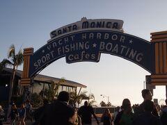 サンタモニカの有名な観光スポット、サンタモニカピアの入り口です! ここまで来ると本当にたくさんの観光客が。 世界中から集まってきていてとても賑わっています。