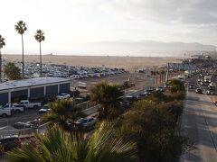 大きな端から見えるサンタモニカビーチ。 ちょうどサンセットの時間が迫っていたのでキラキラと水面が光り絶景でした。