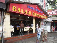 朝食はバンガロール駅近くの行列店、バラジレストランに行きました。