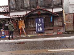 七日町通りを更にプラプラ歩いていたら、「会津中将」で有名な老舗酒造、鶴乃江酒造を見つけました!  創業200年超の、老舗中の老舗酒蔵です。