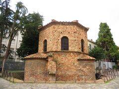 アリアーニ洗礼堂 Battistero degli Ariani 開いてた。入場は右手から。 チケットもそこで