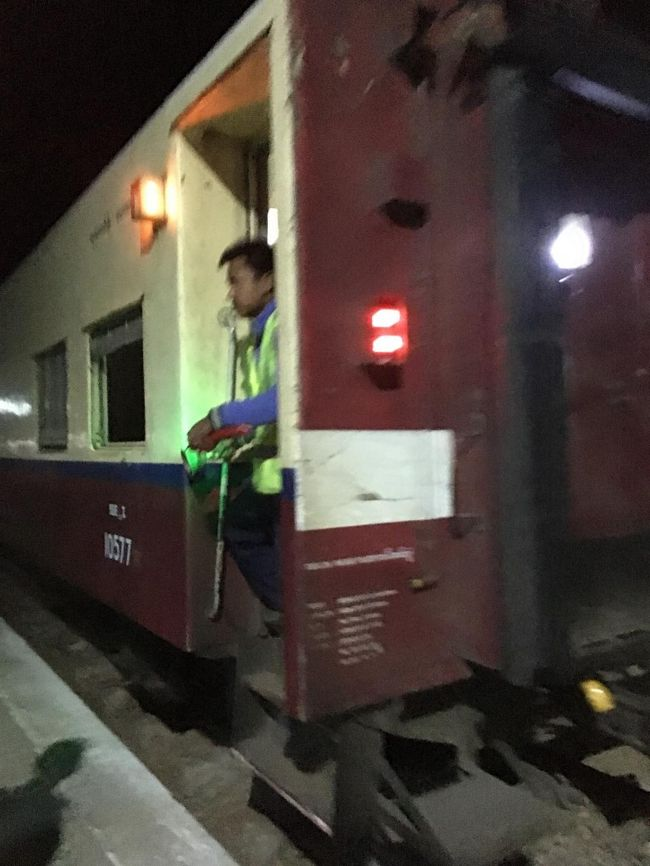 ひとしきり後悔をして、荷物を持ったまま呆然と立ち尽くしていたら、ベルが聞こえてきた。列車の職員が鐘を鳴らしている。<br />入線してきた。