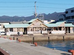勝浦温泉には、3か所の足湯(無料)があります。 漁港に面した位置にあるのが「足湯 海の湯」