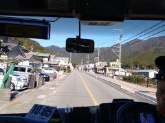この定期観光バスには、写真の運転手さんと二人で紀伊勝浦駅を出発し、内陸部側の山に向かって行きます。目指すは、「熊野古道・大門坂」です。