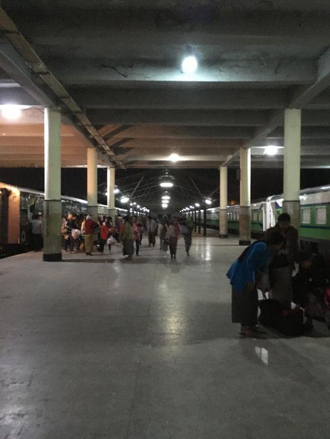 26日、5時10分、マンダレー駅到着。<br />こっちは人が多いし、駅構内もバガンより広い。
