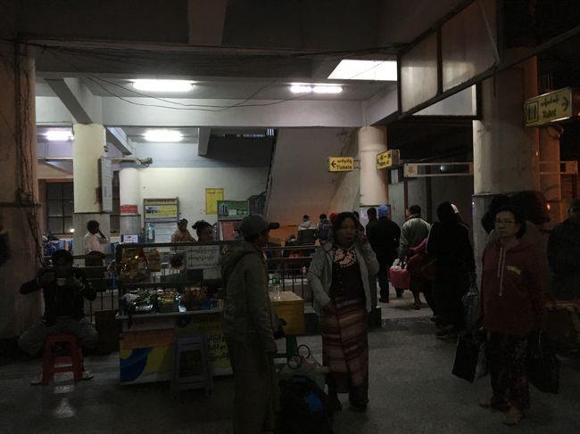 駅構内にあるお店は営業している。朝から元気だ。
