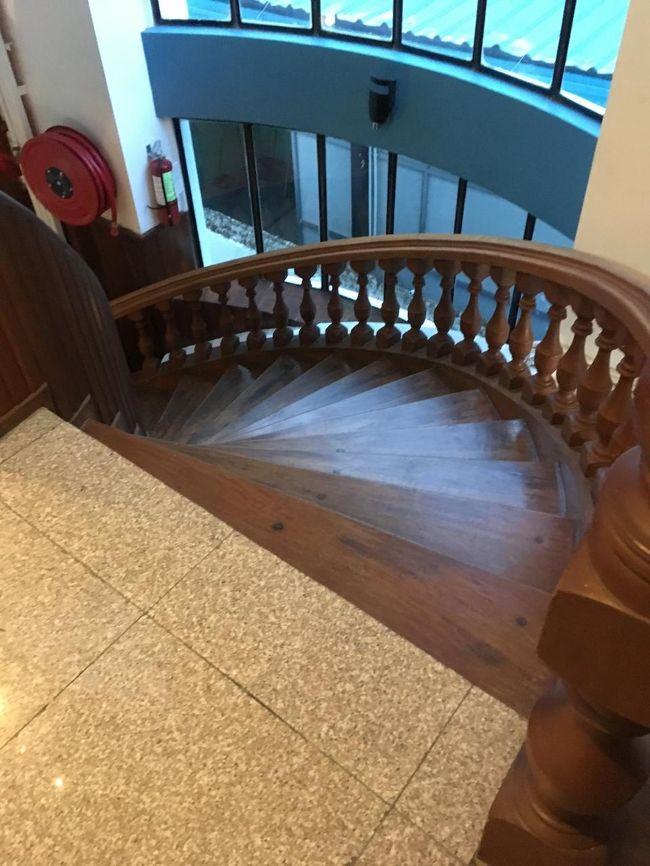 階段もきれい。<br />ちゃんと朝食付き。<br />1階にロビーとレストランがある。