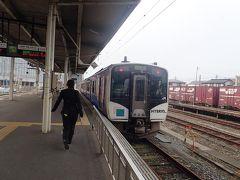 1番線に停車中の列車は4両編成でした。