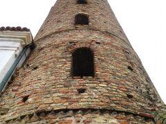 サンタポリナーレ・ヌオヴォ聖堂 Basilica di Sant'Apollinare Nuovo 10時すぎ、やっと開いた 塔を見上げる この塔は登ること出来ない・・・