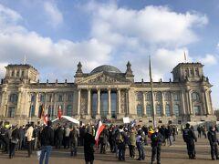 ベルリンに帰ってきて、連邦議会議事堂を外から見学する 内容はよくわからないが、デモが行われていた ドイツ民主主義を生で見れたような気がして、非常に感動した