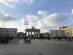 国会議事堂から歩いてすぐのところにあったブランデンブルク門 隣には、アメリカ大使館が建っている 門のすぐ側に観光案内所があり、ベルリンの壁が売っていたので購入した 本物かどうかはわからないが、一番信頼できるのはここかなとおもった結果である