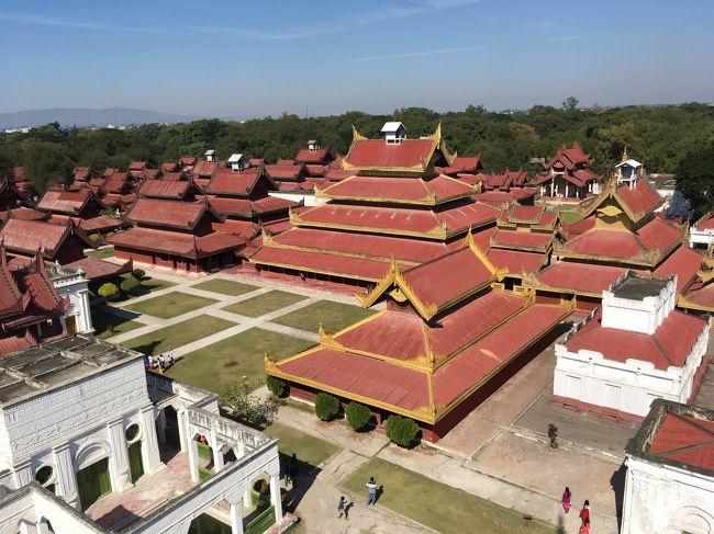 王宮の全貌が見えてきた。<br />スケールが違うな。ミャンマーの人は赤い屋根が好きなのね。<br />バガンで見た王宮も、このような色合いだったから。<br />