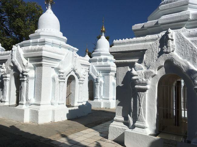 青空に白塗りの小仏仏塔が映える。美しい。<br />この施設の人が一生懸命、この乾季の時期に白塗りを塗り直していたけどね…。