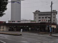 石川線の起点 野町駅です。  他の鉄道線とは接続していません。    駅前には、発着に合わせバスが立ち寄ります。