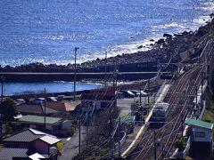 眼下に映る片瀬白田駅には既に引退することが決まっているレトロ列車、伊豆急100系がちょうど停車していたちょっと貴重な風景が これも消えてしまう前に残しておきたい鉄道風景であったりするのかなw
