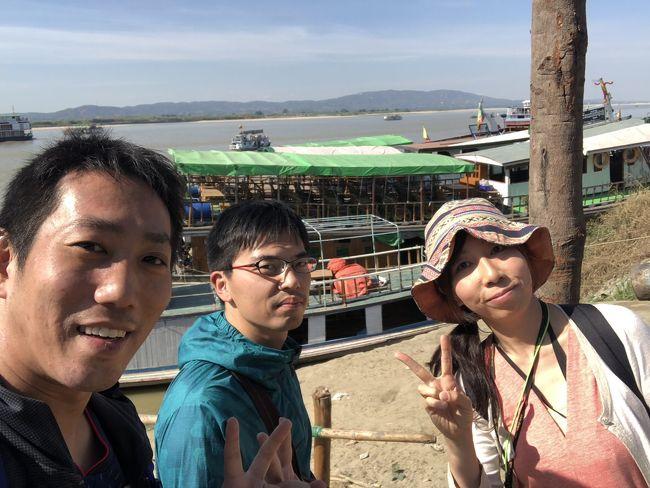 日本語で声をかけてきた2人組。<br />福岡から来たと言う。<br />中国の昆明経由でマンダレーに来たつわもの。<br />昆明の空港では空港泊もしたという。<br />おー、これは仲良くなれそうだ。<br />左側がけんちゃん、真ん中が大森君。<br />ミングォンは3人で回ることにした。