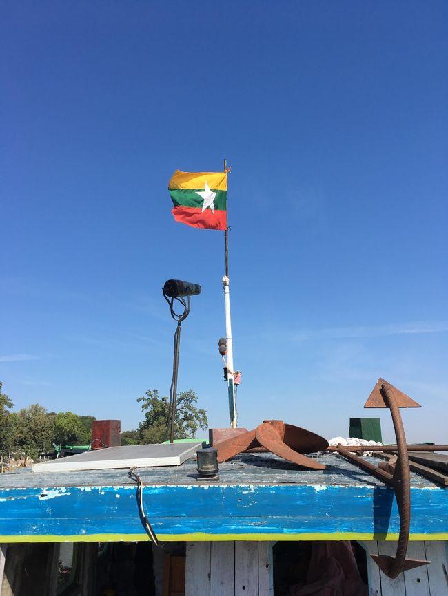 船の上にはミャンマーの国旗。<br />黄色は国民の団結、緑は平和と豊かな自然環境、赤は勇気と決断力を象徴し、三色の帯にまたがる白星はミャンマーが地理的・民族的に一体化する意義を示している。<br /><br />船の中には生活用品もたっぷり。<br />操縦している家族は、この船の中で暮らしているようだ。