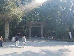 2両編成なのに、2両目の扉が開かない万葉まほろば線で、三輪に来ました。 ずっとずっと来たかったところで、「やっと!」って感じです。 三輪駅から、しばらく歩くと大神神社に到着っ。 あぁ・・憧れの大神神社。 ここは、三輪山自体がご神体の神社です。 この鳥居に前に来ただけで、ここ好きを確信。  ただ、ここは第二の鳥居。 第一は、かなり巨大なのです。 電車で来ると、第一をくぐるのは大変だねー。 はるか向こうに見えるので、遠くからご挨拶だけで許してもらいました。