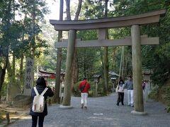 大神神社から、しばらく歩くと狭井神社があります。 ここは、大神神社のご神体である三輪山に登ることが出来る場所。 病気平癒のお水がおもらえたりするのですよ。