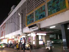 日も暮れてきたので、街中散策です。 今まで来ていなかったエリアを散策します。 プラトゥーナムから北側に向かいました。 ちょっと怪しげなショッピングデパート、インドラ・スクエアがあります。 その周辺には、ナイトマーケットが広がっています。