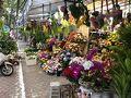 造花でした。 造花屋さんが並んでいました。 今の時期は、生花屋さんが造花屋さんになるのかな?