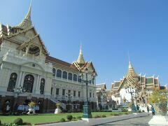 そのまま王宮の横を歩いていきます。