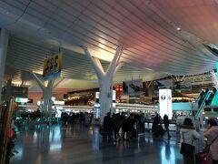 夜の羽田空港。