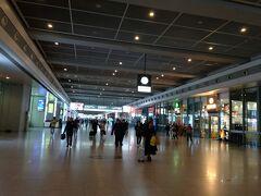上海虹橋駅構内。広大でものすごく迷いました。