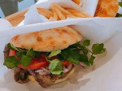 まずは軽井沢アウトレット! フラットブレッズでサンドイッチを食べました。