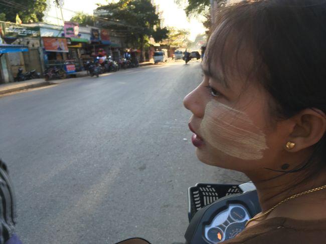アマラプラで降ろしてくれた運転手。すると、<br />降りた途端声をかけてきた女性。<br />ウーベイン橋へ行きたいと告げる。<br /><br /><br />女性の頬に塗っているのは日焼け止めクリーム、タナカね。