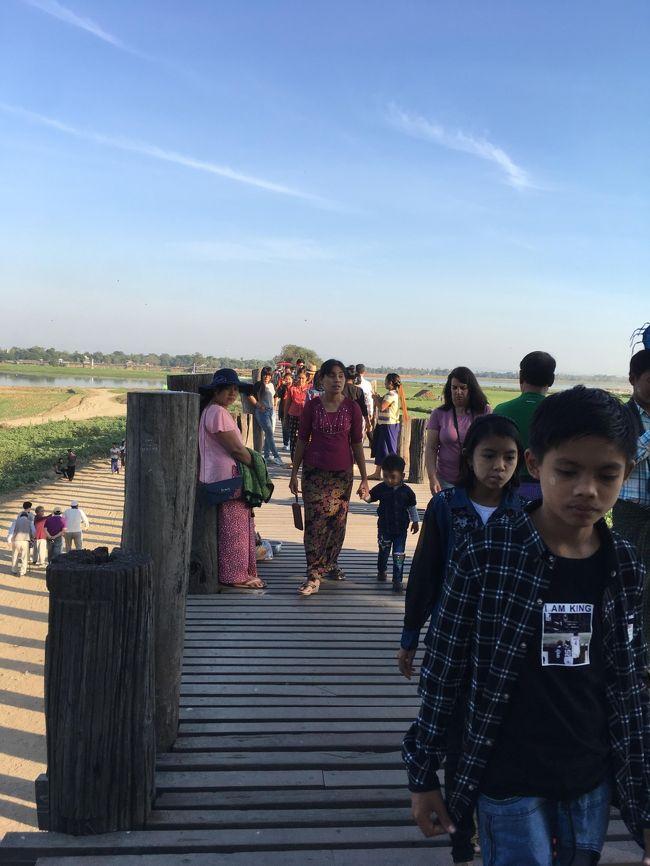古都アマラプラの東の郊外にある、タウンタマン湖をまたいで架かる全長1.2kmの橋。この橋は、1849年に王都をインワからアマラプラに移す際に、バガン王の命令により使われない旧王宮のチーク材を使ってつくられた、世界最長の木造の歩道橋。1086本の木製の橋脚がこの橋を支えている。