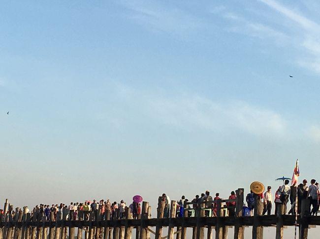 人、多すぎ。<br />圧倒的にチャイニーズばかり。<br />中国映画で使われたのかしら、この橋。<br />