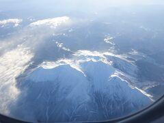 機長のアナウンス 「現在、乗鞍岳上空を飛行中です」  新潟便は中部山岳地帯の上空を飛ぶ航路なので 御嶽山、乗鞍岳、北アルプスの槍ヶ岳などの著名な山々の雪景色が楽しめる