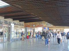 フィレンツェの玄関口、サンタ・マリア・ノヴェッラ駅です。私はヴェネツィアからfrecciarossa(イタリアの高速鉄道で最速達タイプ:「赤い矢」ですね)で到着。芸術の都を感じさせる駅舎に出迎えられてわくわくします。