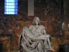 ミケランジェロ「サン・ピエトロのピエタ」、暗くてぼけてしまった。