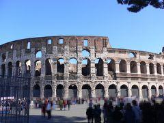 11時20分、コロッセオに行きましたが、何と5万人近くも入れたというので驚き。甲子園と同じ収容能力です。しかも当時は布の天井まであったというので更に驚きです。 コロッセオでは更に驚くべきことを知りました。先ほど行った免税店で、ローマの現在の写真とその上に建設当時の風景を書いた透明なシートを重ねられる面白いアルバムを見つけたのですが、30ユーロ(4770円)もしていました。ところがコロッセオの外の露天商も同じものを売っており、何と値段は10ユーロ(1590円)。あの免税店はボッタクリだったのです。日本語が使えるお土産屋には気をつけましょう。