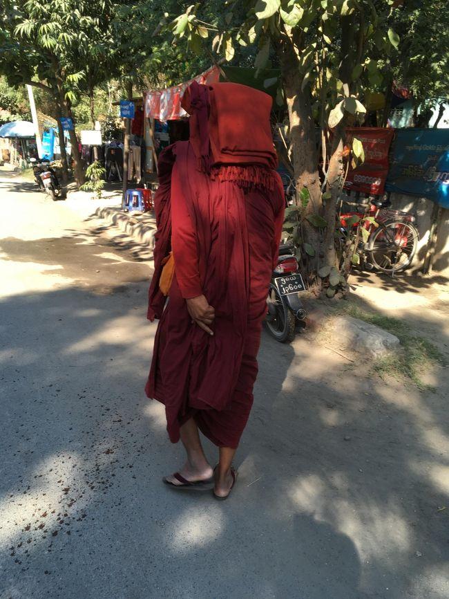 こちらの坊さん、少し英語ができる。<br />先払いした1000チャットはあきらめろ、と言う。<br />他の手段でマンダレーまで行ける、こっちにこいと前を歩く。