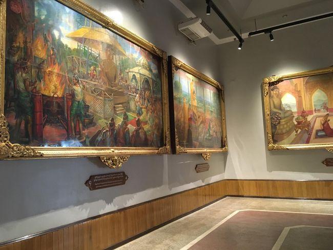ブッダの一生が油絵で紹介されている。