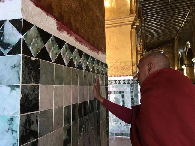 この模様も歴史あるデザインらしい。<br /><br />1784年に王様が王宮からマハムニパヤーの仏塔まで向かう道に石畳を敷き始めることによって建設が始まったというから、それにちなんだものなのかな。<br /><br />それにしちゃ、新しいなと思うけど。