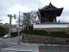 ナナメ向かいに一心寺があります。 お骨佛(お骨でできた仏様)で有名です。 残念ながら本堂は改修工事中でした。