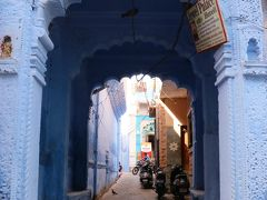 青い街並み、Manak Chowkを歩く。