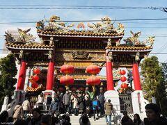 横浜中華街 関帝廟 牌楼(門)  約12mの高さにそびえ立つ關帝廟の入口。 細かな木彫の彫刻には金箔が施され、屋根の上には龍が鎮座しています。  先日行った、埼玉県坂戸の聖天宮と同じような建物です。