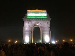 ものすごい数のインド人も集まってます。 インド門は絶対日が暮れた後、ライトアップされたときがベストだと思いました。 最後に国旗カラーのインド門を見れてよかったです。