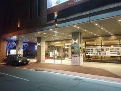 熊本城前のホテルに到着。こちらは、天皇陛下もお泊まりになったという由緒あるホテルですが、かなりリーズナブルに泊まれます。