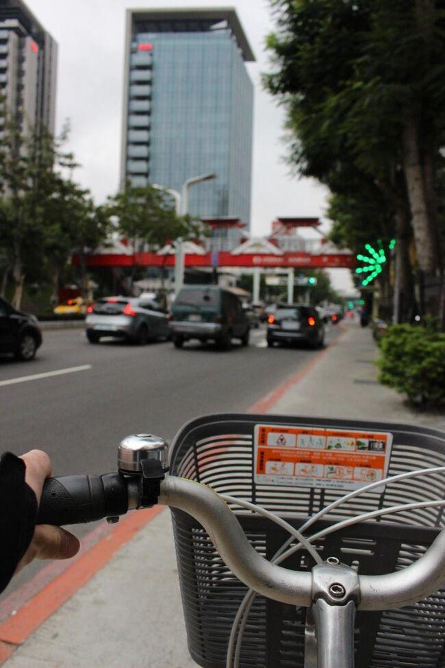 ピンチを乗り切った僕は、セブンの目の前にあった貸自転車ベースで自転車を借りた。You Bike、というらしい。<br /><br />クレジットカードの番号を登録して、自転車の番号を押すと、鍵が開いた。<br /><br />台湾の繁体字はよくわからんが、なんとかなった。<br /><br />僕は、ハンドルをぎゅっと握りしめて台北の街を駆け抜けた。<br /><br />「手を洗うのを覚えていてね」という張り紙のことは、すっかり忘れていた。