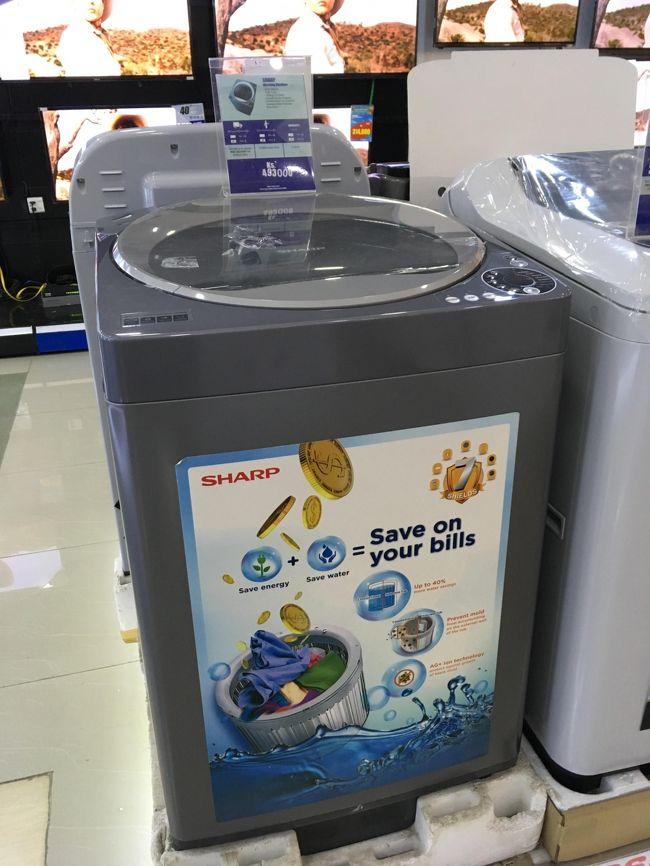 ダイヤモンドセンターには家電もある。<br />シャープの洗濯機。<br />日本円換算して20000円くらい。<br />駐在員対象商品決定。