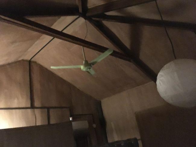 ここが部屋の天井。部屋は6人部屋だった。私は2段ベッドの上。<br />ファンはいらない。<br />掃除は行き届いている。ただベッドの高さが高くて、怖かった。<br />コンセントとライトはあるものの、個人を仕切るカーテンはない。<br />まぁ安いから仕方ないか。<br />さて、旅の後半戦、今日からスタートです。