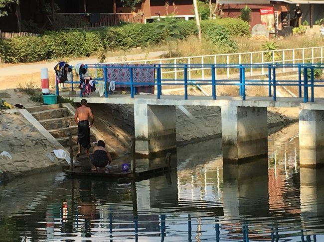 川で洗濯とシャンプーをしている夫婦。<br />匂いが結構きつい川。きれいではない。<br />