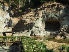 鎌倉石の岩盤に大きな洞を掘って水月観の道場としたそう。橋も二つ架かり、奥には階段らしき形状も。